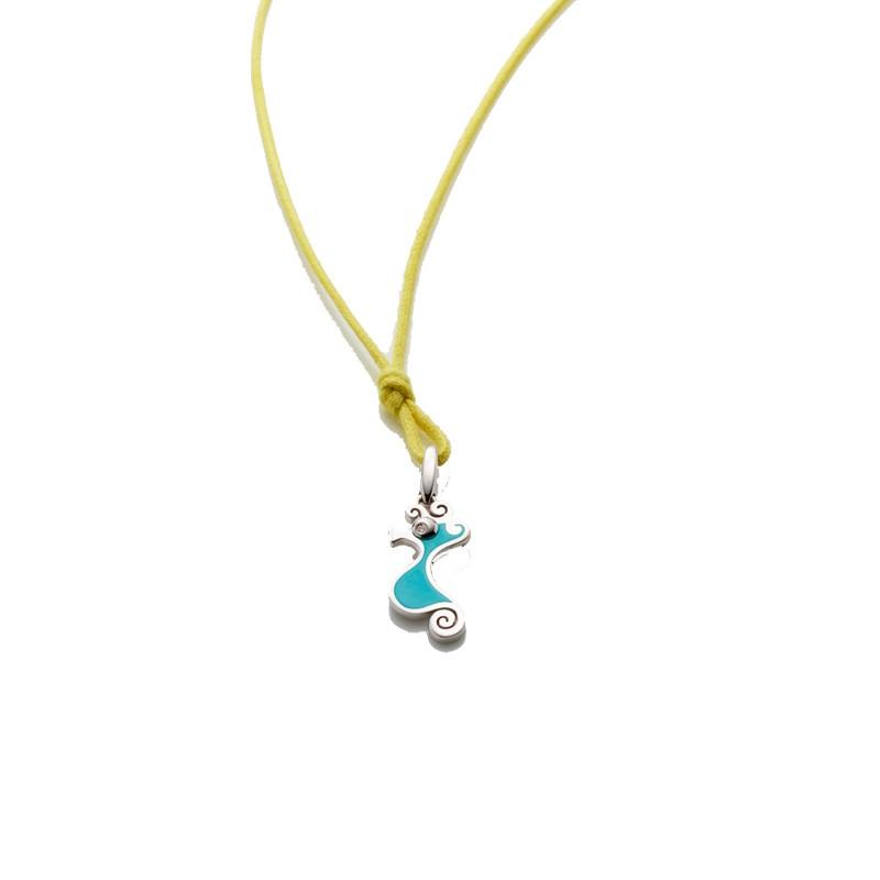 Ciondolo piccolo cavalluccio in argento e smalto azzurro, occhi con diamante e biglierina apribile con cordino giallo 42 cm.